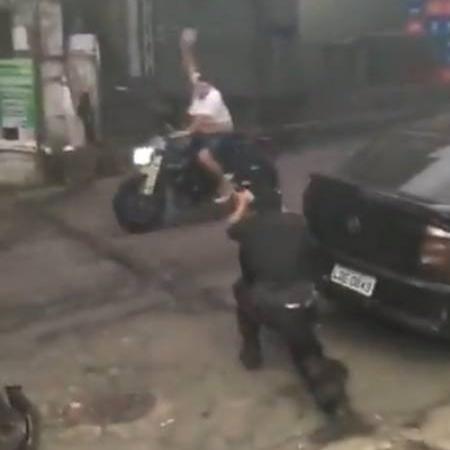 Policial aponta arma durante operação na Rocinha e testemunha grita que ameaçado é morador - Reprodução/Redes sociais