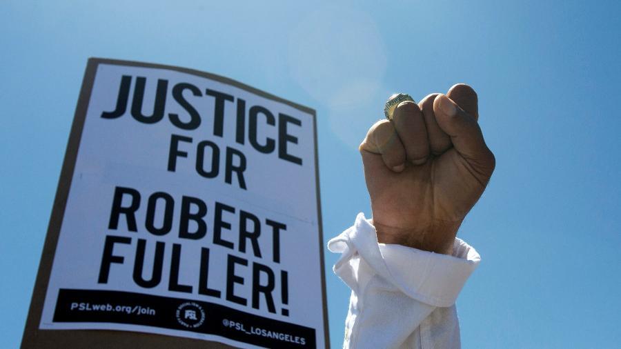13.jun.2020 - Manifestante pede justiça para Robert Fuller, um jovem negro cujo corpo foi encontrado pendurado em uma árvore em Palmdale, na Califórnia - Ringo Chiu/Reuters
