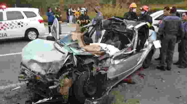 05.jul.2020 - Carro envolvido em acidente da avenida Jacu Pêssego, em Mauá - Divulgação/Corpo de Bombeiros - Divulgação/Corpo de Bombeiros
