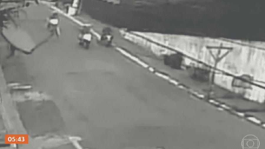 Imagens de câmeras de segurança mostram momento da abordagem de policiais ao jovem, na região do Parque Bristol - Reprodução/TV Globo