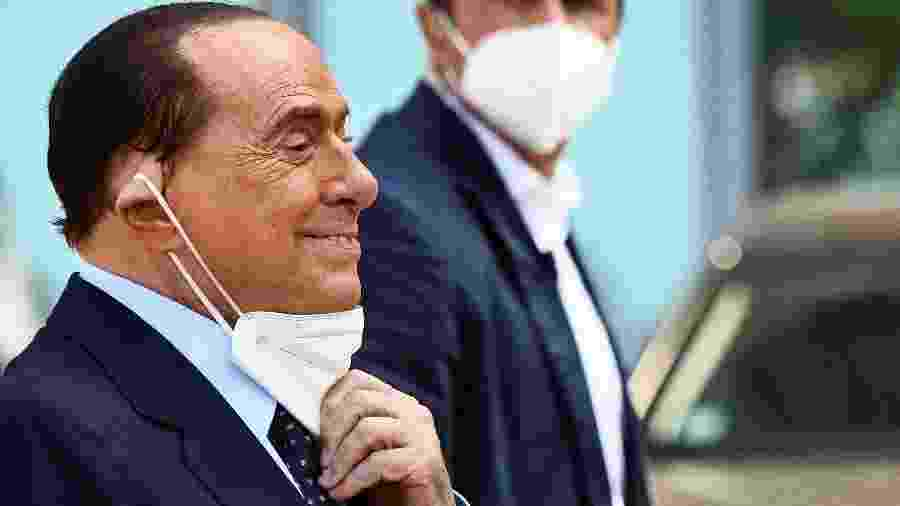 Silvio Berlusconi , quando deixou hospital em Milão após ser diagnosticado com covid-19 -