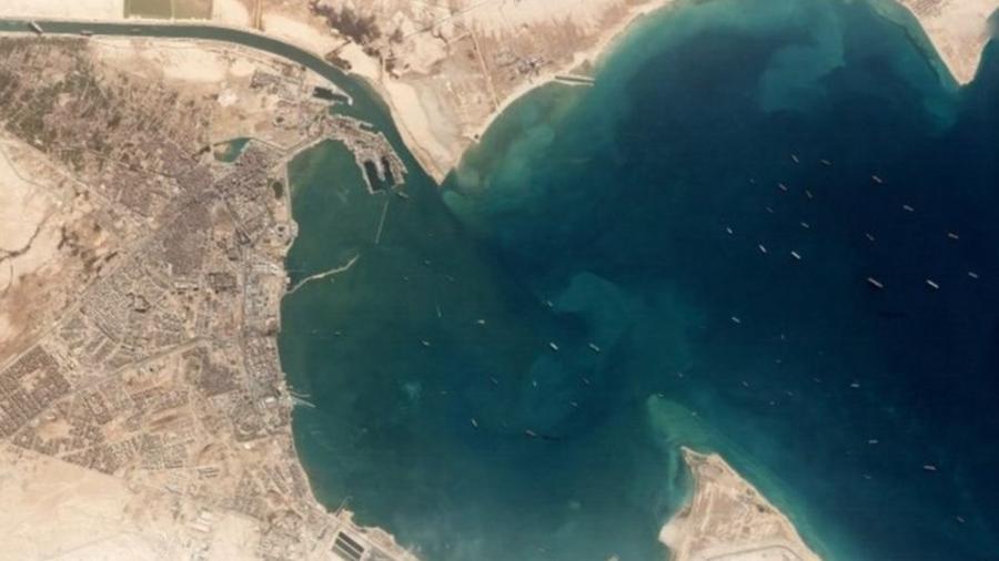 27.mar.2021 - No canto superior esquerdo é possível ver o cargueiro Ever Given encalhado no Canal de Suez. Na região à direita, dezenas de embarcações aguardam a retirada para conseguir atravessar - Reuters