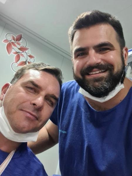 Médico publicou foto com Flávio Bolsonaro por volta das 18h deste sábado - Reprodução/Redes sociais