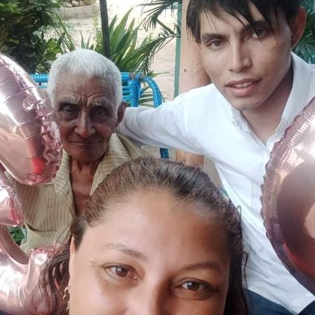 Ana Maria faz selfie com o filho, Hamilton César Lima Bandeira, e o pai dela, Plácido Ribeiro, de 99 anos - Arquivo pessoal