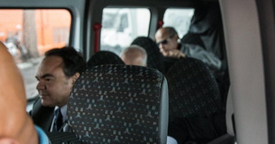 19.jun.2015 - Executivos das construtoras Odebrecht e Andrade Gutierrez são transportados em van da Policia Federal até o aeroporto de Congonhas, na zona sul de São Paulo. Onze executivos das empreiteiras Odebrecht e Andrade Gutierrez foram presos na 14ª fase da Operação Lava Jato deflagrada hoje. Batizada de Operação Erga Omnes, a nova fase cumpre 59 mandados judiciais em quatro Estados, 38 deles de busca e apreensão, nove mandados de condução coercitiva, oito mandados de prisão preventiva e quatro mandados de prisão temporária. Os presos serão levados para a Superintendência da Polícia Federal em Curitiba, onde permanecerão à disposição da Justiça Federal