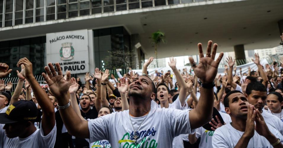 25.ago.2015 - Manifestantes que integram diversos movimentos sociais reunidos diante do prédio da Câmara Municipal, no centro de São Paulo, onde acontece a segunda votação do Plano Municipal de Educação, nesta terça-feira (25)