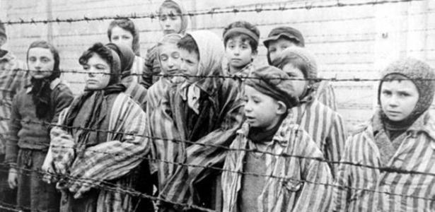 Crianças sobreviventes de Auschwitz, em foto do arquivo das forças soviéticas