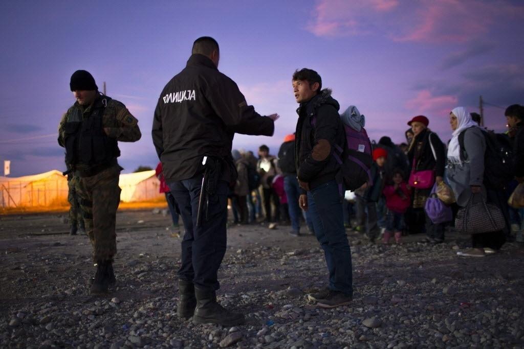 10.nov.2015 - Refugiados esperam para pegar um trem na fronteira entre a Grécia e a Macedônia, perto da cidade de Gevgelija. O número de imigrantes que cruzaram o mar mediterrâneo em 2015 e chegaram ao litoral europeu fugindo de um conflito, perseguição e uma vida de miséria já superou a marca de 800 mil pessoas