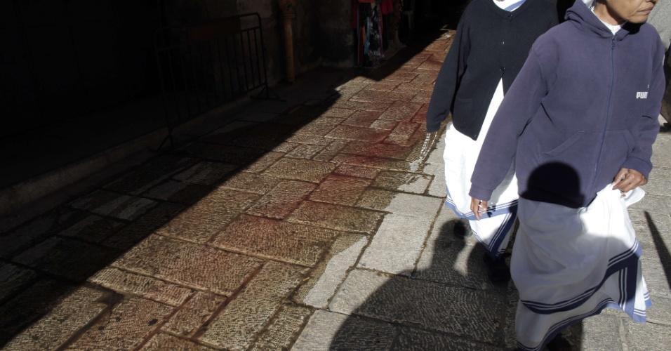 29.nov.2015 - Freiras passam por local onde um palestino esfaqueou e feriu gravemente um policial de fronteira israelense, antes de ser morto por oficiais, próximo à porta de Damasco, uma das entradas principais da Cidade Velha de Jerusalém. O ataque aumenta para 99 o número de palestinos desde 1º de outubro, na mais recente onda de violência na Palestina