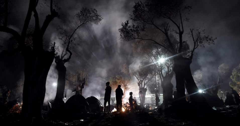9.nov.2015 - Refugiados e migrantes passam a noite em um campo próximo a Moria Hot Spot, na ilha de Lesbos (Grécia)