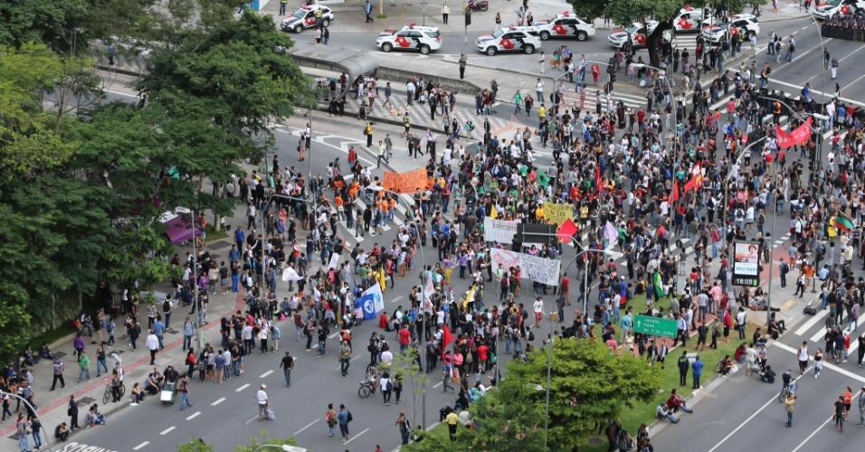 19.jan.2016 - Manifestantes se reúnem na esquina da avenida Brigadeiro Faria Lima com a Rebouças, em São Paulo, e pretendem fazer dois trajetos em novo protesto contra o aumento das tarifas do transporte público na capital paulista