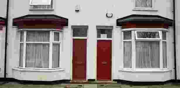 Portas pintadas de vermelho nas casas onde moram requerentes de residência na Inglaterra geraram queixas de discriminação, na região de Middlesbrough, norte do país - Phil Noble/Reuters