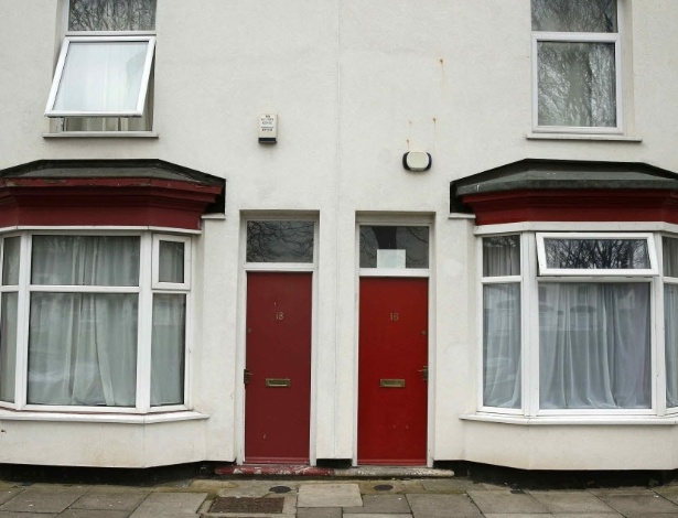 Portas pintadas de vermelho nas casas onde moram requerentes de residência na Inglaterra geraram queixas de discriminação, na região de Middlesbrough, norte do país