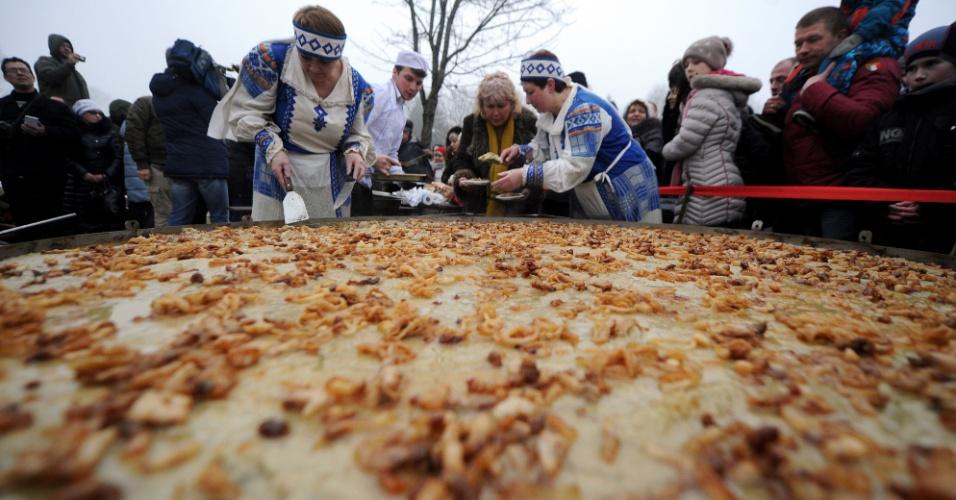 8.mar.2016 - Bielorrusos cozinham uma panqueca de batata gigante, de dois metros de diâmetro, na tentativa de entrar para o Guinness World Record, durante a celebração do Shrovetide, em um complexo turístico no vilarejo de Sula, a 55 km de Minsk, no Belarus