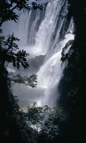 14.mar.2016 - Olhe para baixo! Victoria Falls, a mais alta queda d?água do mundo, fica no Zimbábue. A nascente, o rio Zambezi, é o maior que deságua no oceano Índico vindo da África