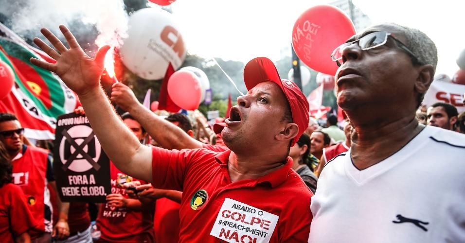 18.mar.2016 - Manifestantes gritam palavras de ordem durante ato a favor da democracia e contra o impeachment da presidente Dilma Rousseff, na avenida Paulista, em São Paulo