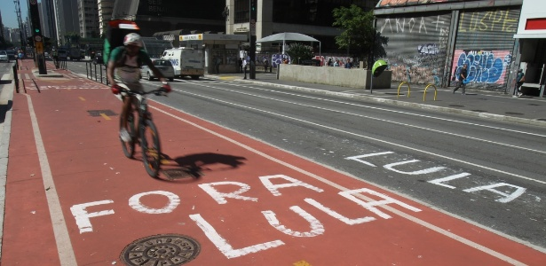 Grupos contrários a Dilma vandalizam ciclovia da Paulista - Felipe Rau/Estadão Conteúdo
