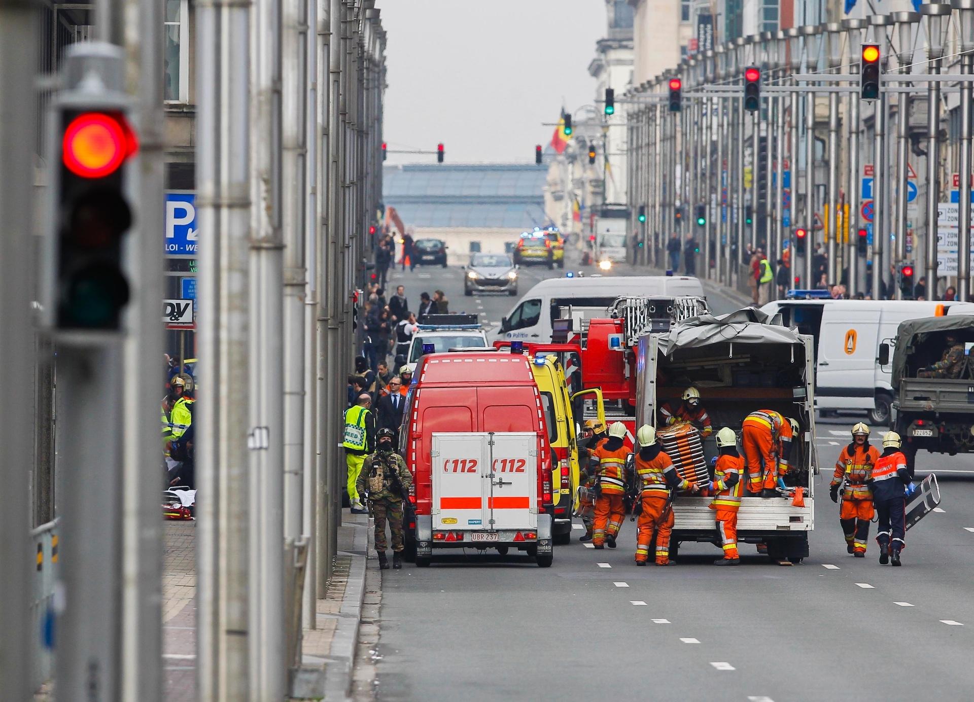22.mar.2016 - Bombeiros trabalham nos arredores da estação Maalbeek, em Bruxelas, um dos alvos do atentato terrorista na Bélgica. As explosões na estação aconteceram cerca de uma hora depois de um ataque no aeroporto internacional