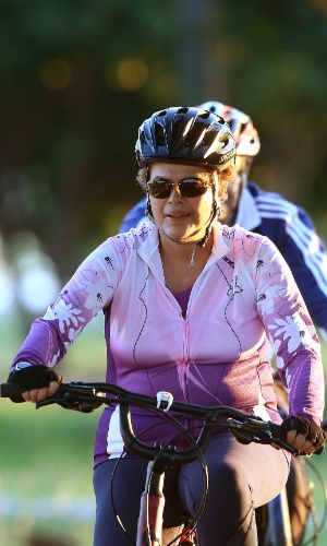 6.abr.2016 - A presidente Dilma Rousseff anda de bicicleta acompanhada pelo general Amaro, um personal trainer e um segurança em Brasília, na manhã desta quarta-feira, 06. Dilma pedalou por cerca de 50 minutos na imediações do Palácio da Alvorada, antes do embarque para Salvador