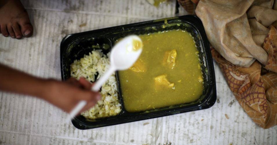 """4.jul.2016 - Para o iftar, eles têm sopa de lentilhas com frango e arroz. Eles ganharam a refeição de transeuntes. """"Ramadã é sobre bondade e generosidade. O que eu mais gosto são as decorações"""", conta"""