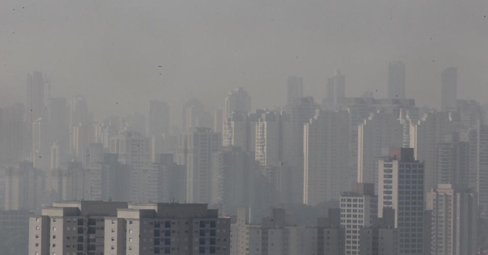 """14.jul.2016 - Pode acreditar, esta é São Paulo: com o tempo seco e temperatura na casa dos 25º C, a cidade enfrenta o aumento da poluição. De acordo com a Cetesb, a qualidade do ar é considerada moderada na maior parte da região metropolitana nesta tarde. Contudo, o ar já é considerado """"ruim"""" em Parelheiros, Osasco e Carapicuíba"""