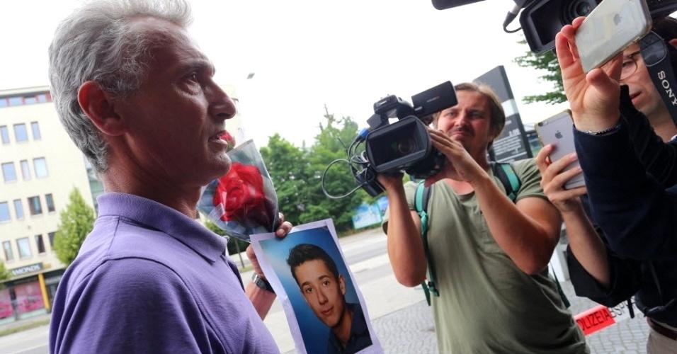 23.jul.2016 - Naim Zabergja conversa com jornalistas neste sábado (23) e segura foto de seu filho Dijamant, que foi morto durante ataque registrado no dia anterior em um shopping em Munique, na Alemanha. A maioria das nove vítimas do tiroteio era adolescente