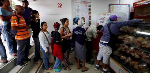25.jun.2016 - Pessoas fazem fila para comprar pão em padaria estatal em Caracas, na Venezuela