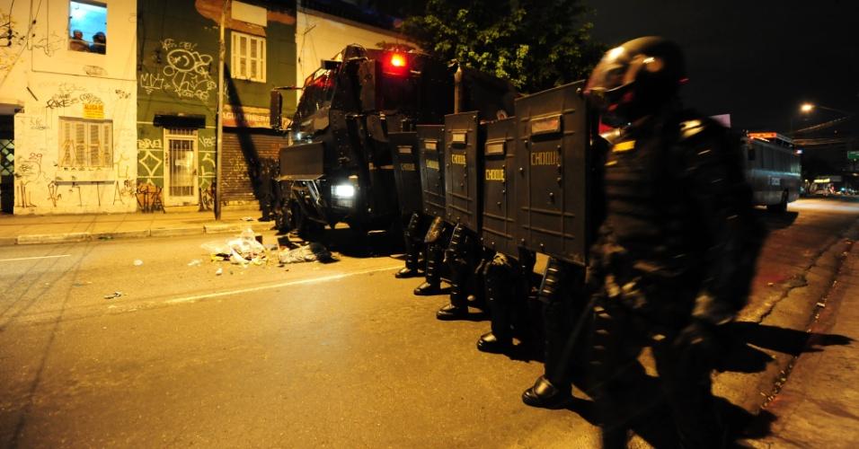 Pelotão de Polícia de Choque se aproxima da região do Largo da Batata, em São Paulo, onde terminou o ato contra o governo de Temer