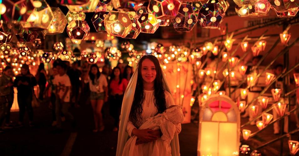 8.set.2016 - Menina se veste como Virgem Maria durante festival das Lanternas em Ahuachapan, El Salvador