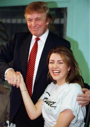 A Miss Universo 1996, Alicia Machado, cumprimenta Donald Trump em uma academia de Nova York, em foto de 1997