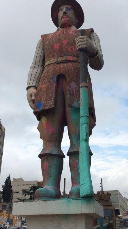 30.set.2016 - Estátua de Borba Gato, em Santo Amaro, também foi vandalizada - Reprodução/Twitter - Reprodução/Twitter