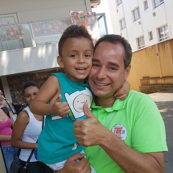 1.out.2016 - Luis Tibé (PT do B), candidato a prefeito de Belo Horizonte, participou de uma carreata pela cidade e posou para fotos, como último ato da campanha