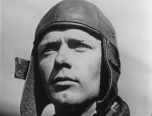 Foto de 1927 mostra o gorro utilizado pelo aviador Charles Lindbergh