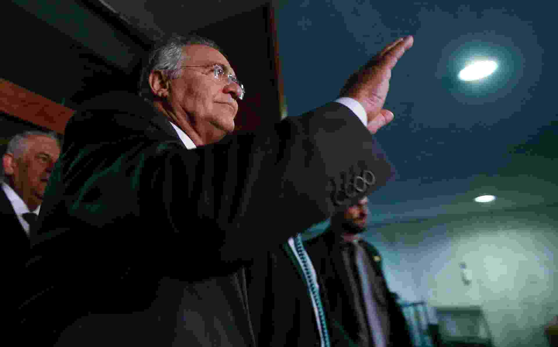 7.dez.2016 - O presidente do Senado Renan Calheiros (PMDB-AL) deixa o gabinete após acompanhar a sessão do STF que anulou os efeitos da liminar do ministro Marco Aurélio Mello que o havia afastado do cargo - Pedro Ladeira/Folhapress