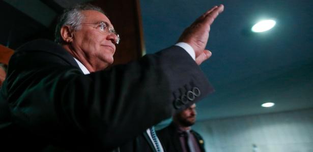 O presidente do Senado, Renan Calheiros (PMDB-AL), sai de seu gabinete após acompanhar sessão do STF sobre seu afastamento