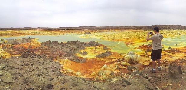 Turista fotografa depressão de Danakil, no norte da Etiópia, local de condições extremas de vida