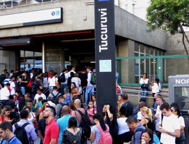 Presença de cachorro sobre os trilhos provocou movimentação intensa de passageiros na estação Tucurivi, da linha 1-azul do Metrô