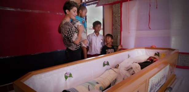 Em Toraja, passam-se meses e anos até funeral acontecer; nesse período, famílias guardam corpos em casa e cuidam deles como se estivessem apenas doentes