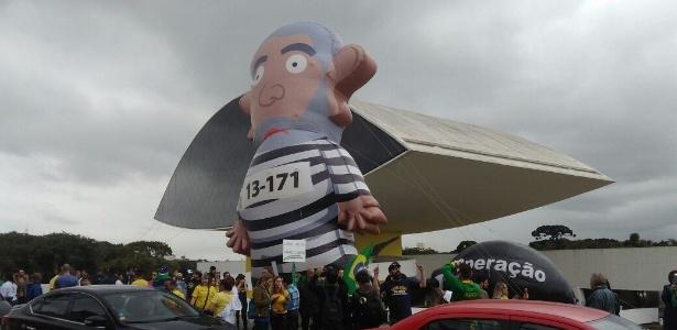 """O boneco inflável """"Pixuleco"""" em manifestação pró-Lava Jato em Curitiba"""