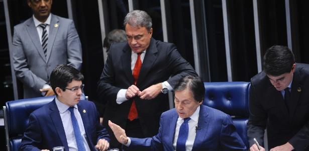 Randolfe Rodrigues (relator) e Alvaro Dias (autor da PEC) discutem a proposta de fim do foro com o presidente Eunício Oliveira
