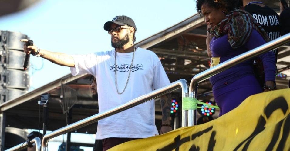 4.jun.2017 - O rapper Emicida se apresenta em ato no Largo da Batata que reúne diversos artistas. O manifestantes defendem a saída do presidente Michel Temer (PMDB) e a realização de eleições diretas para a escolha de novo mandatário