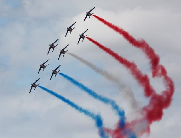 25.jun.2017 - A equipe de acrobacias aéreas da Força Aérea francesa, a Patrouille de France, faz exibição em show no aeroporto Le Bourget, próximo a Paris
