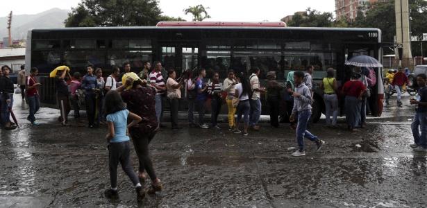 19.jul.2017 - Moradores esperam para pegar ônibus durante paralisação de motoristas, em Caracas