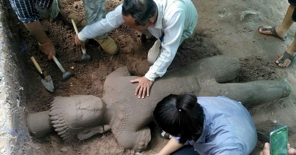 1º.ago.2017 - Uma estátua que integrava o complexo de templos de Angkor, em Siem Reap, no Camboja, foi encontrada por arqueólogos locais nesta semana