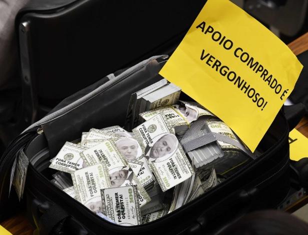 Mala com dinheiro falso foi levada ao plenário da Câmara, em protesto da oposição