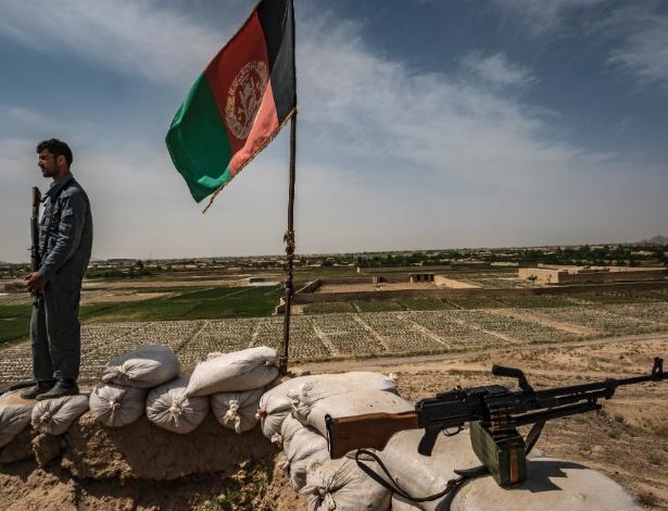 13.abr.2017 - Policial afegão observa cratera provocada por explosão de caminhão-bomba em Cabul, Afeganistão - Bryan Denton/The New York Times