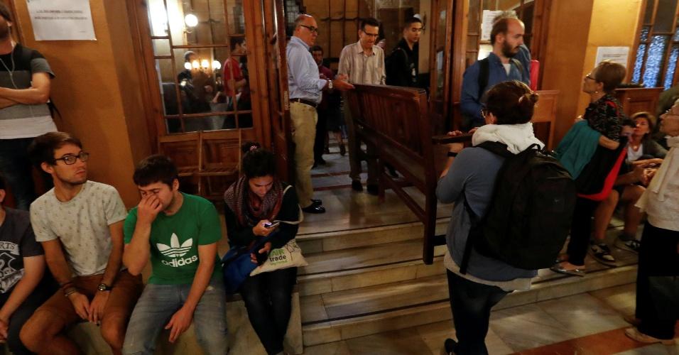 1.out.2017 - Pessoas movem móveis dentro de uma escola ocupada, em Barcelona, visando deixá-la pronta para a realização neste domingo (1º) do referendo da independência
