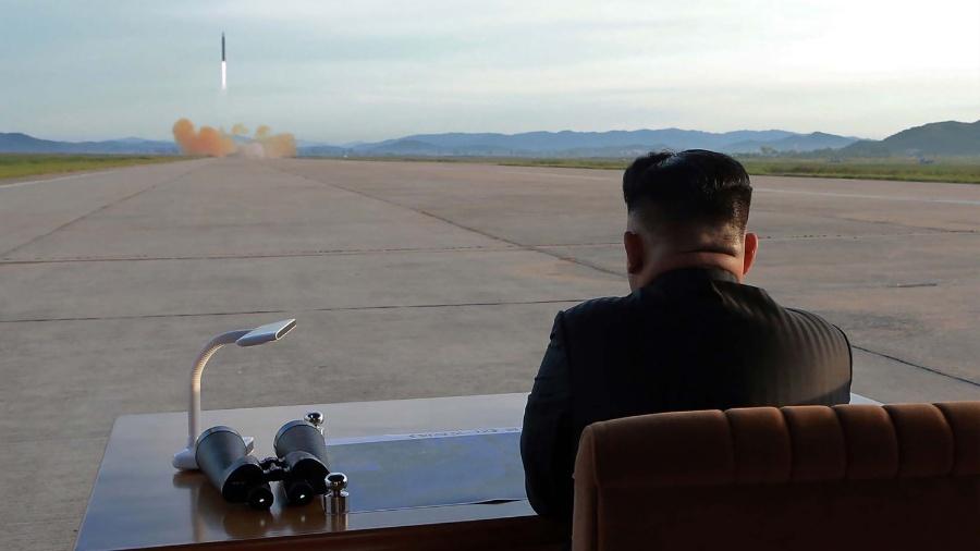 O líder norte-coreano Kim Jong-un observa lançamento de míssel balístico - AFP/Getty Images/NYT