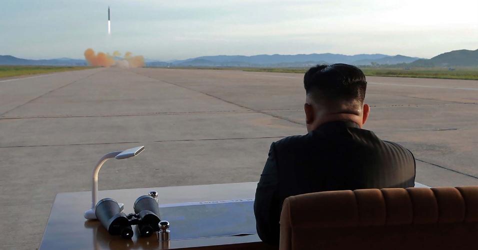 O líder norte-coreano Kim Jong-un observa lançamento de míssel balístico
