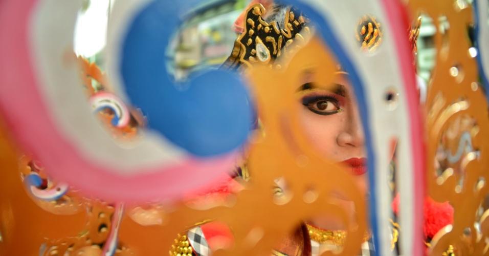 Garota balinesa participa de dança tradicional em festival que marca a chegada do Ano-Novo em Denpasar, na ilha de Bali